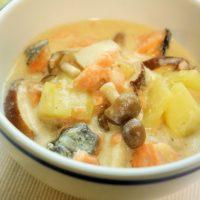 レンジで時短!味つけも簡単な「キノコと鮭の和風シチュー」