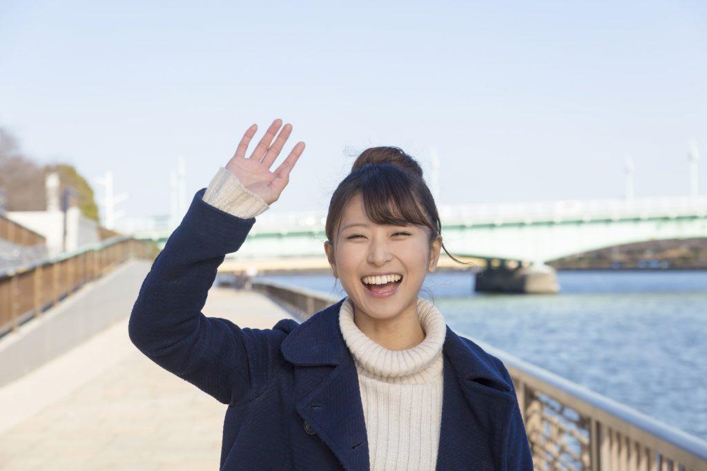 笑顔で手を降る女性_江口DMMで使用_20170112_Fotolia_121773500_Subscription_Monthly_M