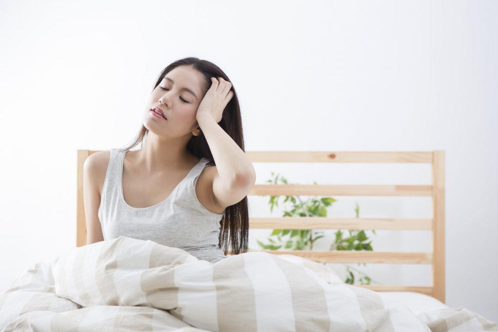 朝目覚めた女性のイメージ画像