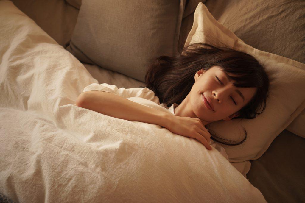 睡眠中の女性_170718_澄江Fotolia_144079225_Subscription_Monthly_M