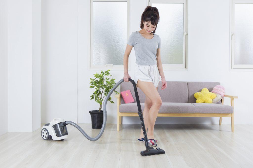 掃除機をかける女性_170814_澄江Fotolia_107498135_Subscription_Monthly_M