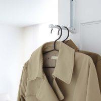 コート掛けにも洗濯物干しにも便利!「折り畳みドアハンガー」