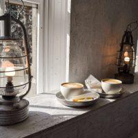 寒い朝でも窓辺の朝活。真っ白な空間で一杯のラテ