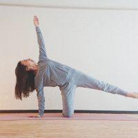 ヨガで痩せやすい体に!「半月のポーズ」のやさしいバリエーション