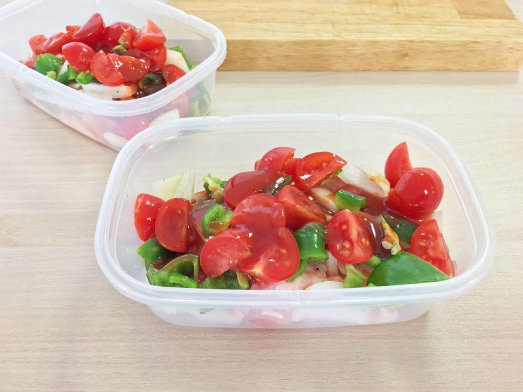 鶏肉と野菜などの食材と調味料を入れた保存容器