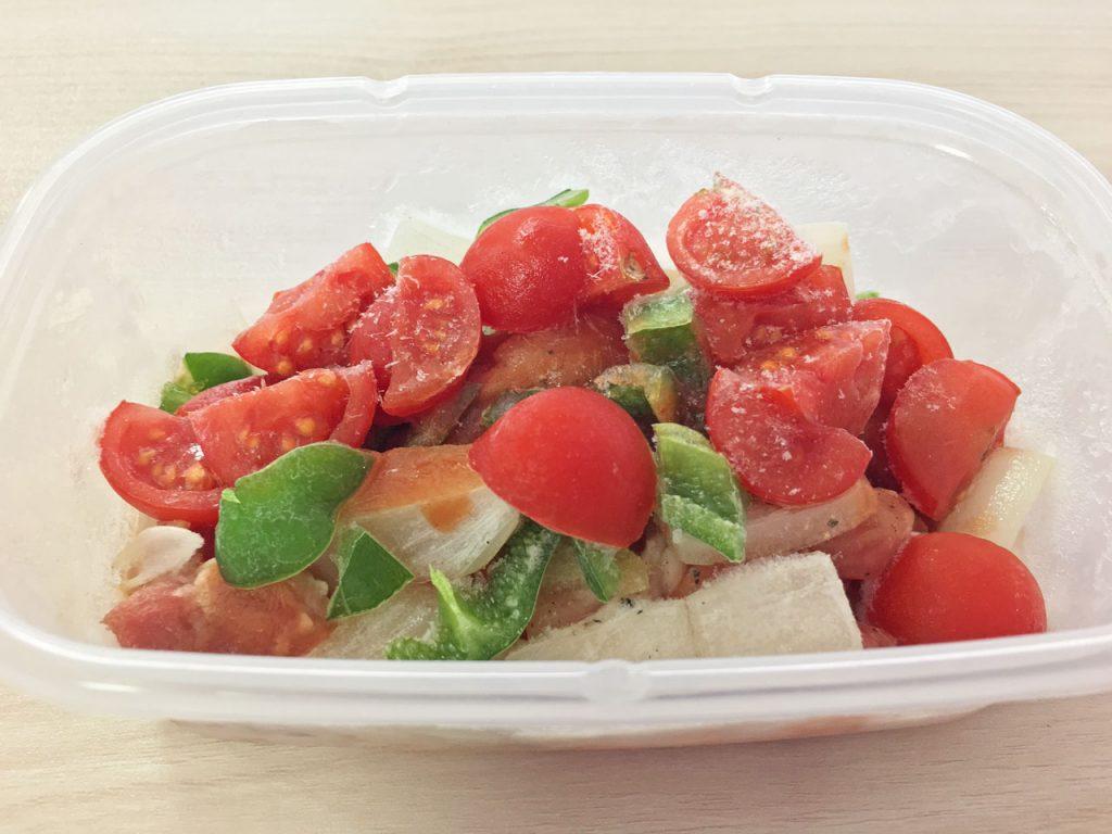 鶏肉と野菜などの食材と調味料を入れた保存容器を冷凍したもの