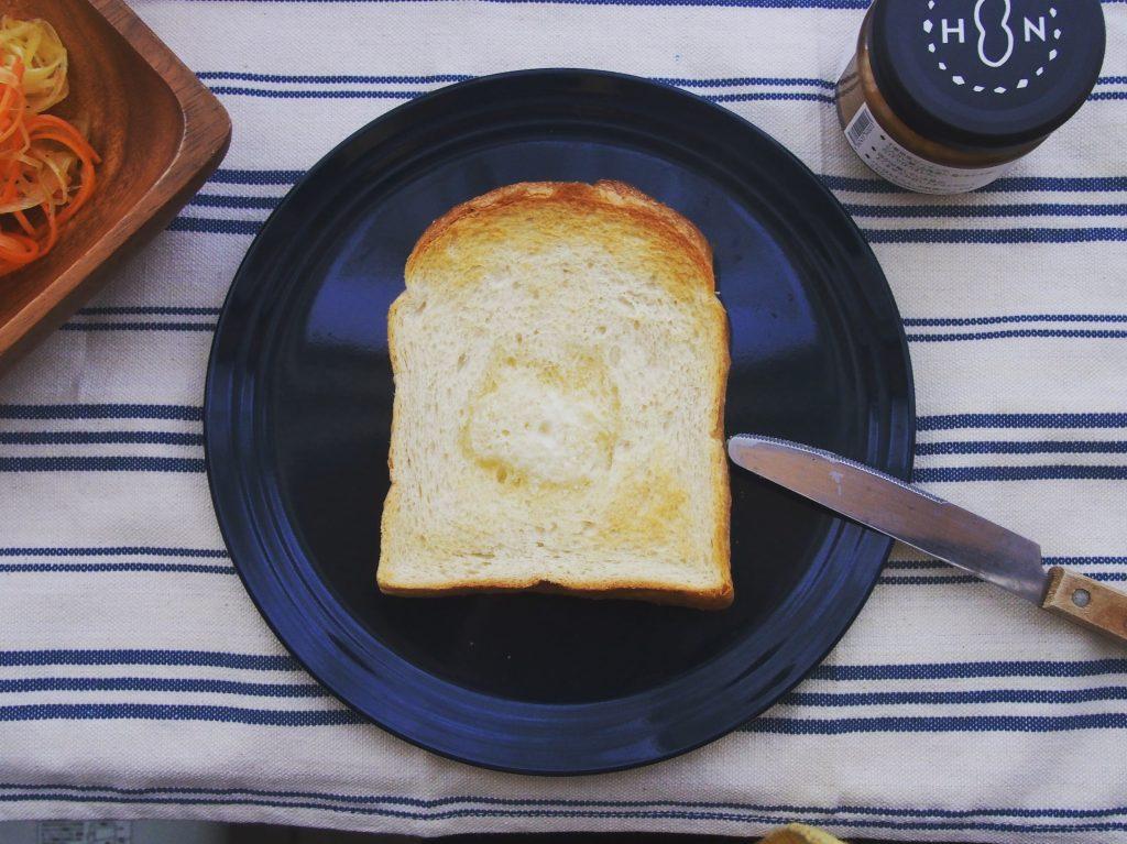 バターを塗ったトースト朝食