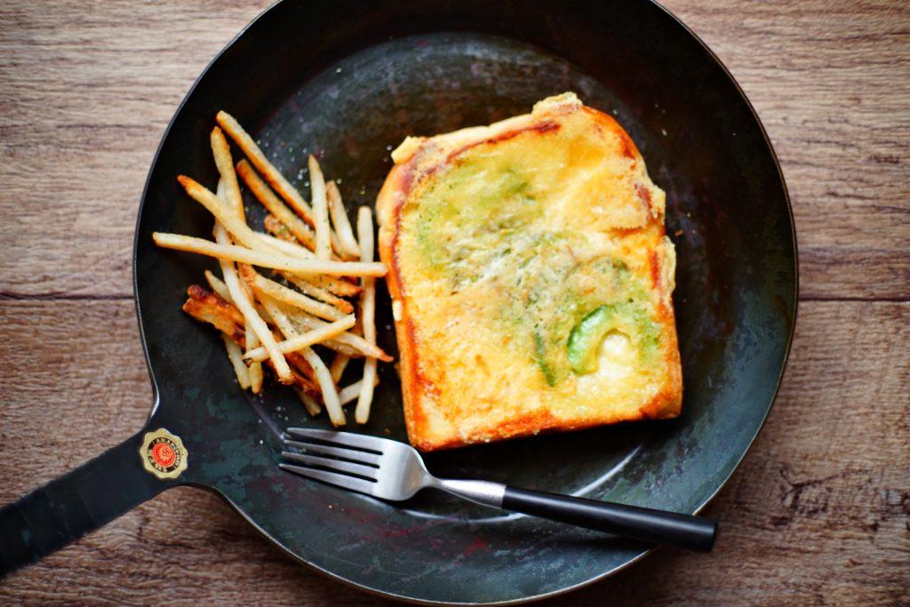 """パリッパリの""""羽根付き""""チーズがたまらない!「アボカドチーズトースト」"""