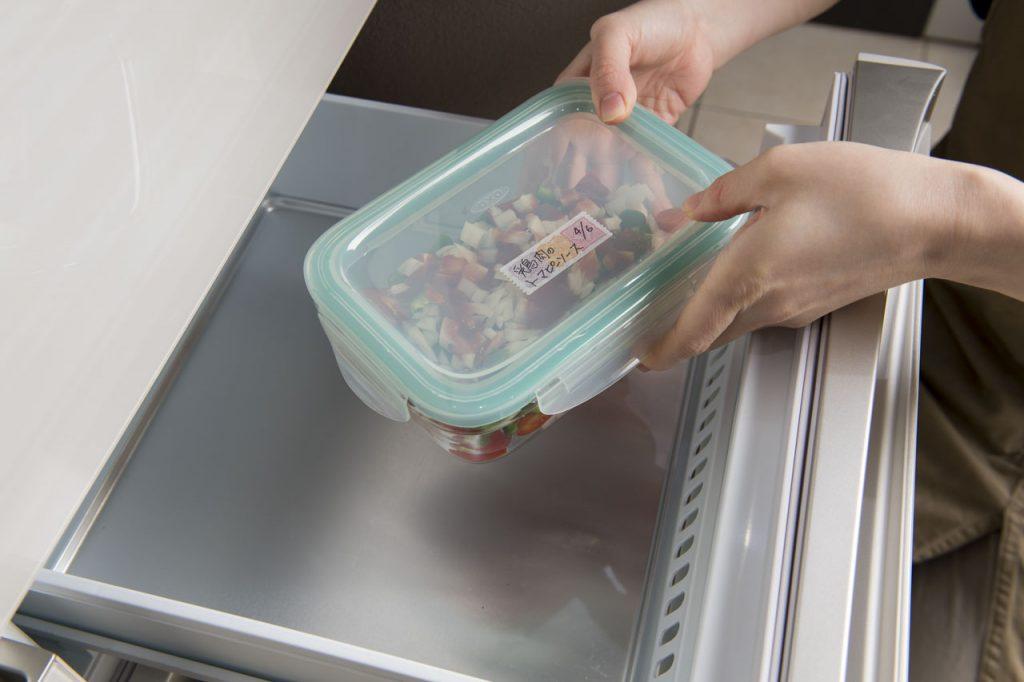 冷凍からのレンチン! やせるおかずを冷凍庫に入れるところ