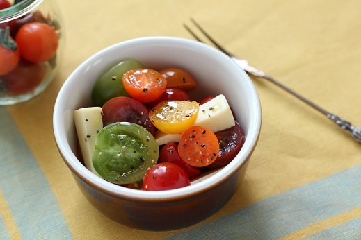 トマトとチーズで仕上げる時短サラダ