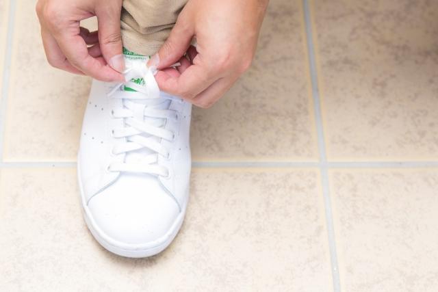 靴紐を結んで出発
