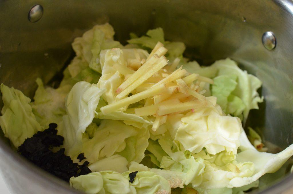 しょうがが香る「キャベツのさっぱり煮」を作る所
