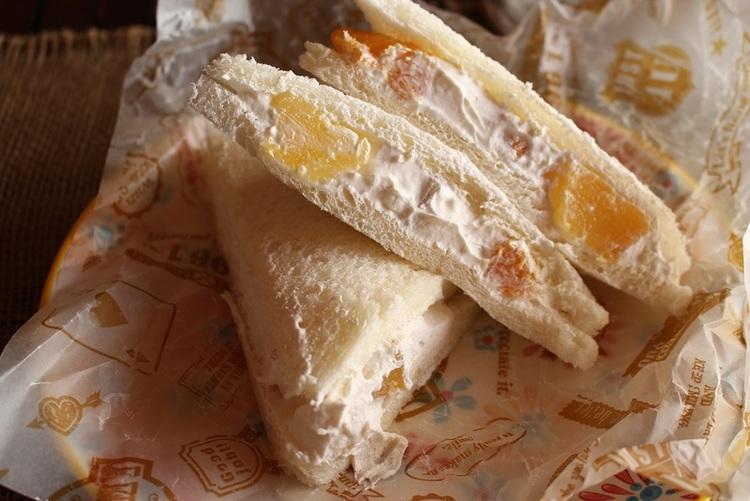 生クリームたっぷり~スイーツトースト<フルーツ生クリームサンドイッチ> by:はーい♪にゃん太のママさん