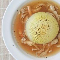 丸ごと煮るだけ!朝でも簡単「新玉ねぎの和風スープ」