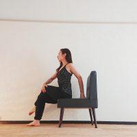 椅子ヨガでくびれを作る!スキマ時間に簡単「ねじりのポーズ」
