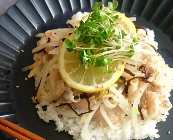 サッと茹でて和えるだけ!忙しい朝にお手軽「豚肉ともやしのレモン丼」 ~by:村山瑛子さん