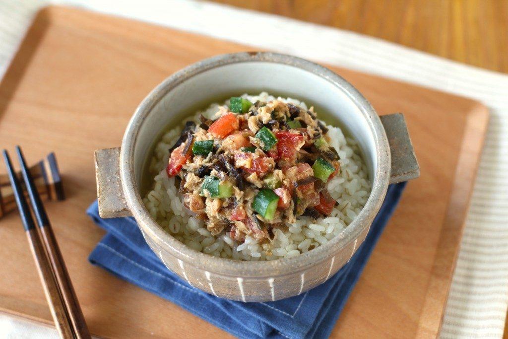 むくみ対策に!火を使わず時短朝ごはん。ツナと夏野菜のごまみそ冷茶漬け