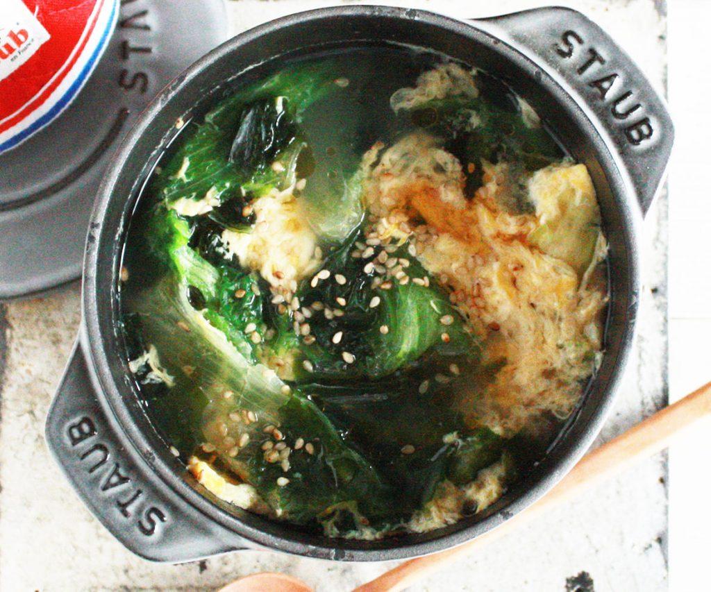 たった5分♪包丁いらずで具だくさん「ワカメとレタスのたまごスープ」