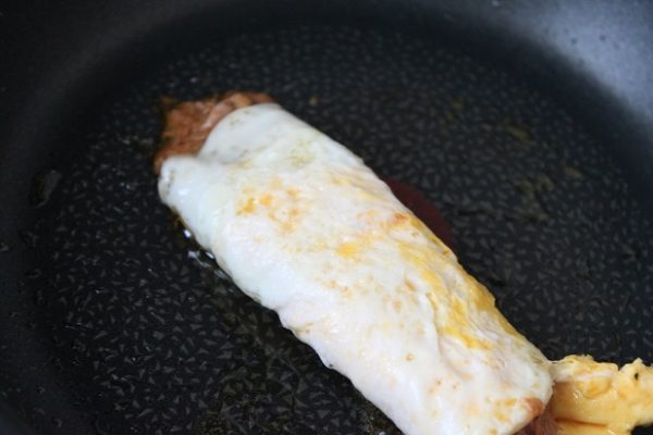 簡単すぎる卵のおかず「ツナカレーの両面目玉焼き」のお弁当の作り方