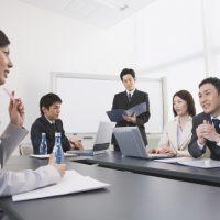 """""""discuss""""はNG!?「議論する」を表す意外なビジネス英単語"""