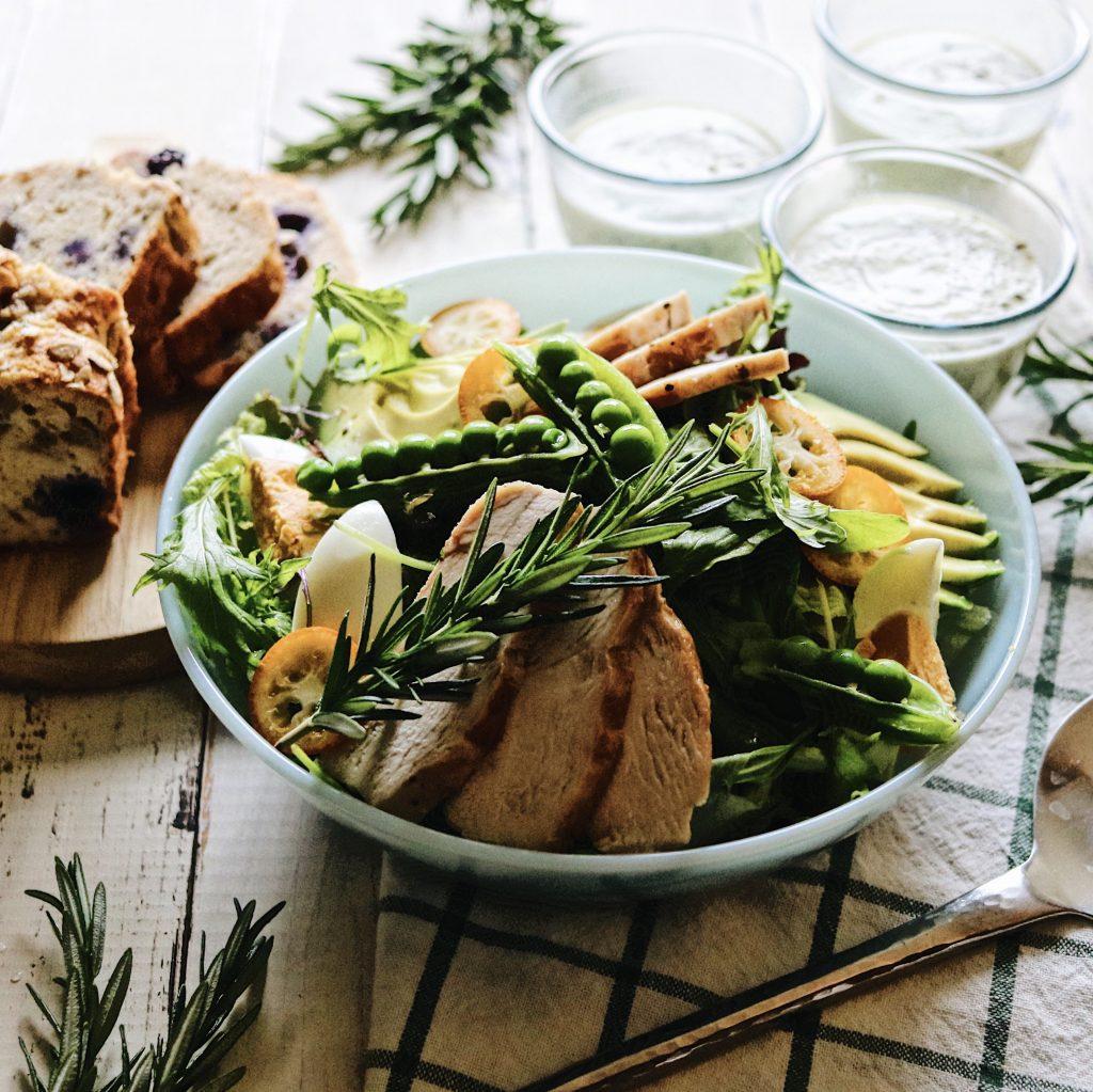 アボカドとリーフ野菜の朝サラダ
