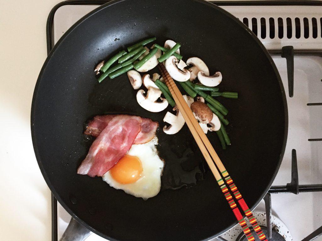 ベーコン、卵などを焼く
