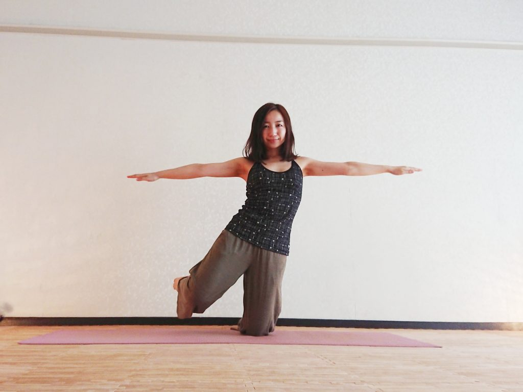 ヨガで体幹トレーニング「飛行機のポーズ」