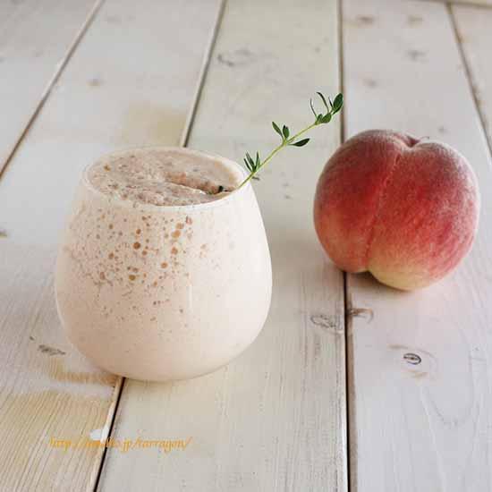 美肌効果抜群、完熟桃とトマトのピンクなスムージー