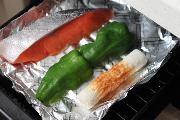 グリルで、塩鮭と一緒にピーマンやちくわを焼く