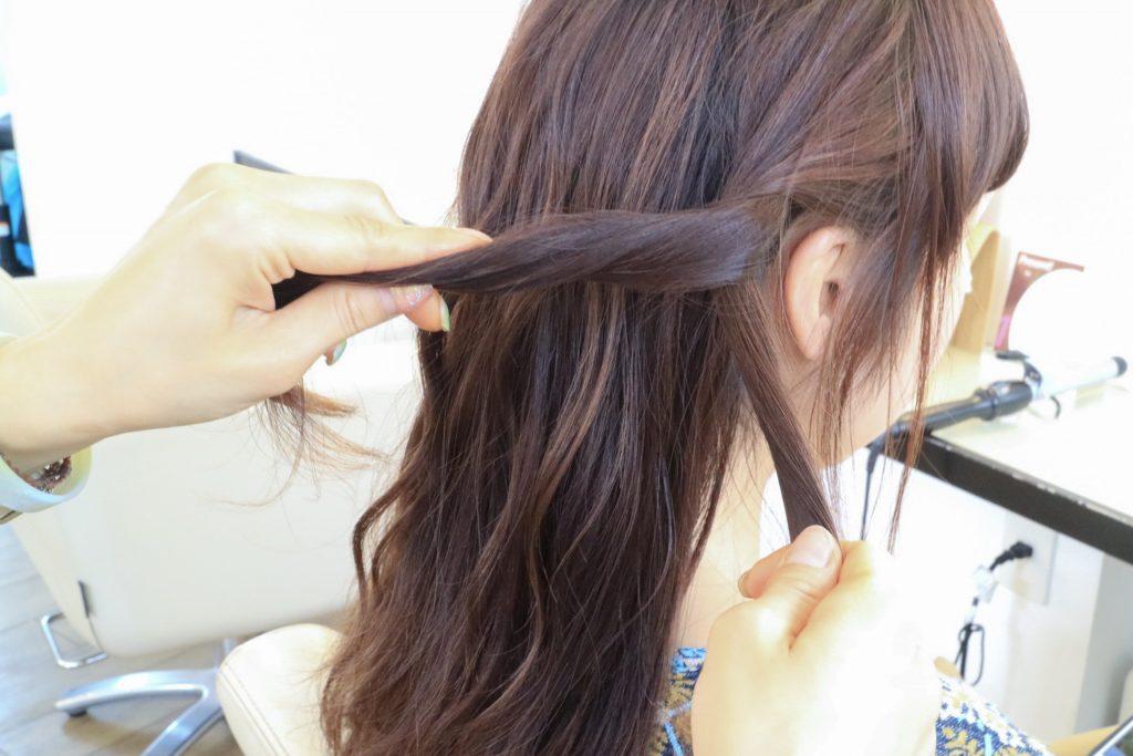 各サイドの髪を2に分けてネジネジします