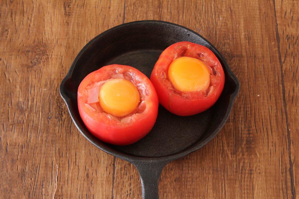 トマトにベーコン、卵をいれる