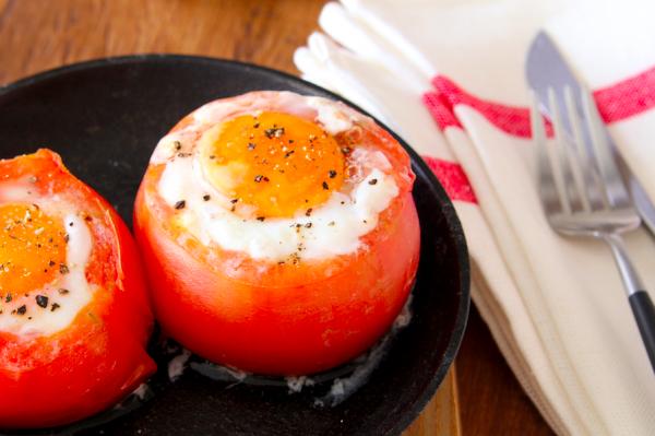 朝の定番がかわいく変身♪トースターで簡単「トマトカップのベーコンエッグ」