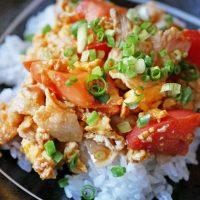 焼肉のたれでラクラク!トマトと卵で簡単「トマタマ丼」