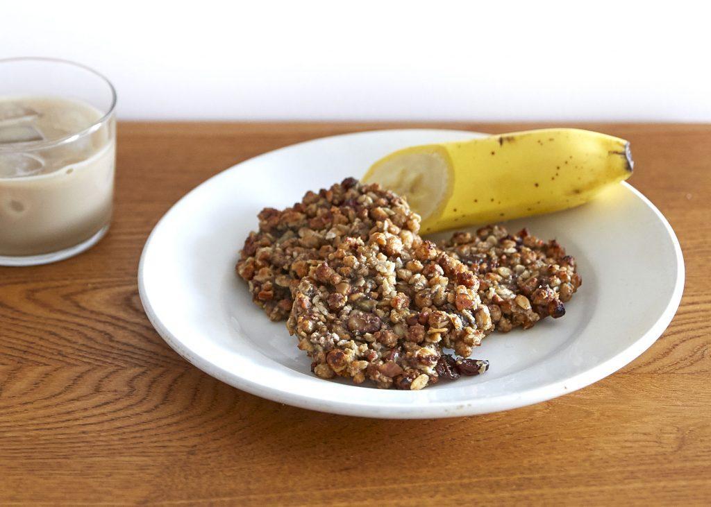 まさかの材料2つで!トースターで簡単「バナナグラノラクッキー」