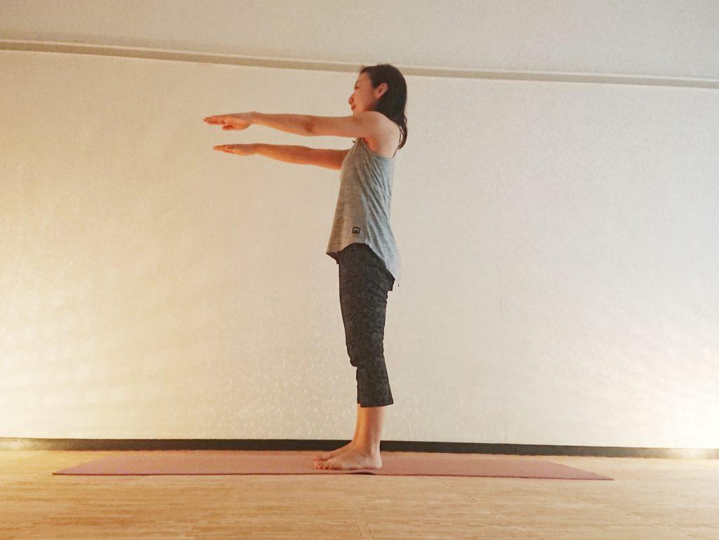 効率よく全身を引き締め!立ったまま簡単「腰かけのポーズ」