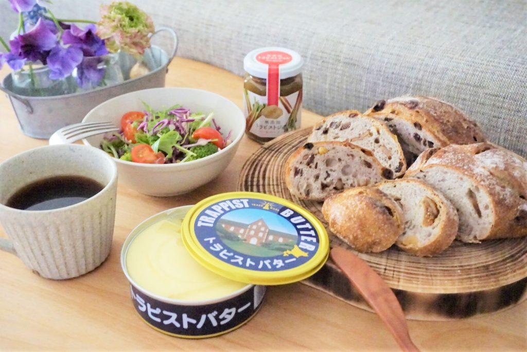 トラピストバターとルバーブジャム、天然酵母パンで朝ごはん