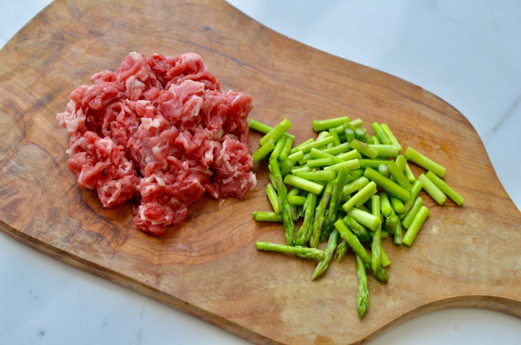ミニアスパラと牛肉を細かく切る。