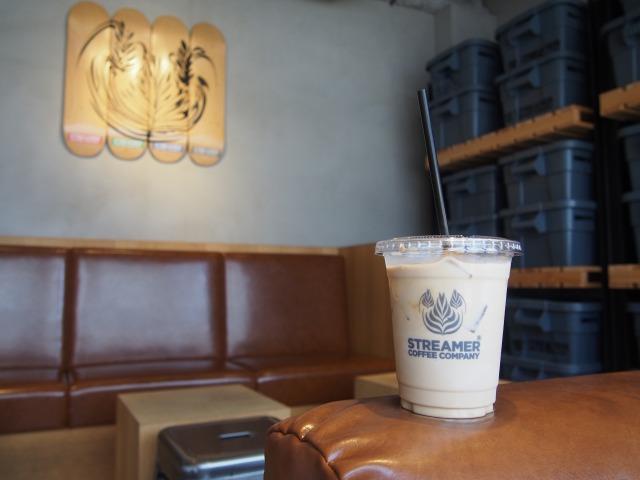 朝のカフェで読書