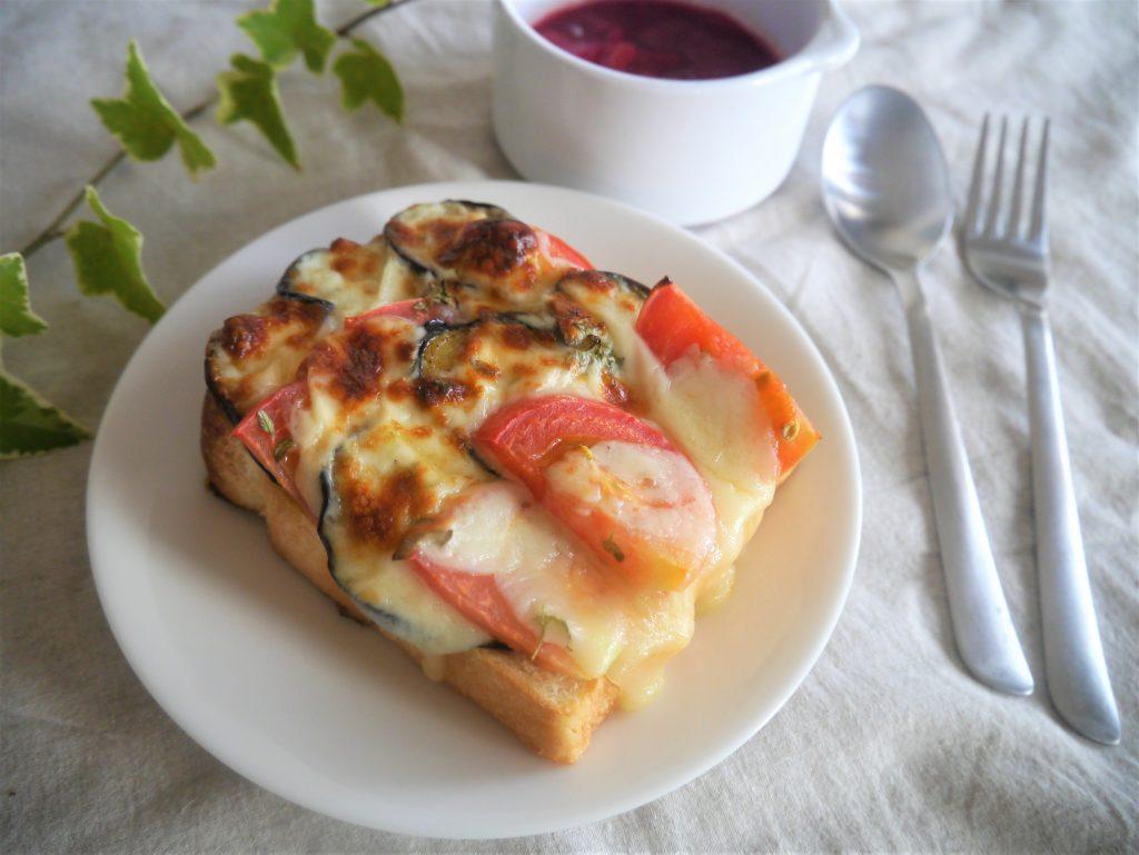 なすが1本余ったら♪トマトとチーズで簡単「モッツアレラトースト」
