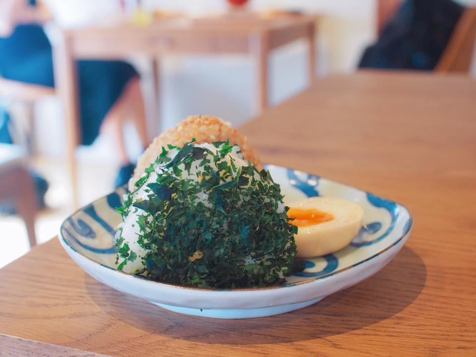 甜茶の葉がまぶしている塩にぎりと、玄米のおにぎり