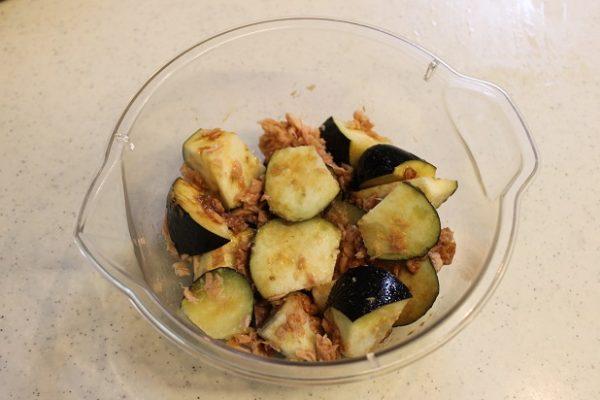 ツナ缶(油ごとすべて)と醤油を回し入れ、ラップをして電子レンジ(600w)で3分加熱する。