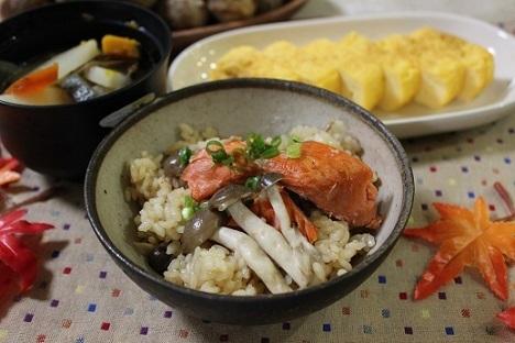 炊飯器で簡単~!秋鮭の炊き込みごはん by:とまとママさん