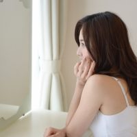 鏡の中の自分にショック…の前に!夏の終わりの「老け見え」原因と対策