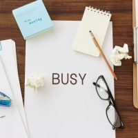 「忙しすぎる」を2単語の英語で言うと?