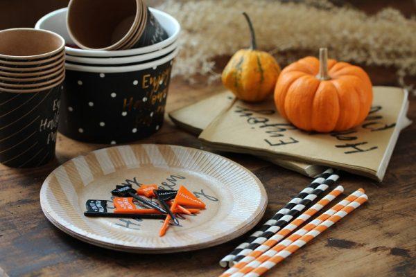 デザイン豊富な紙コップや紙皿で一気にハロウィン気分