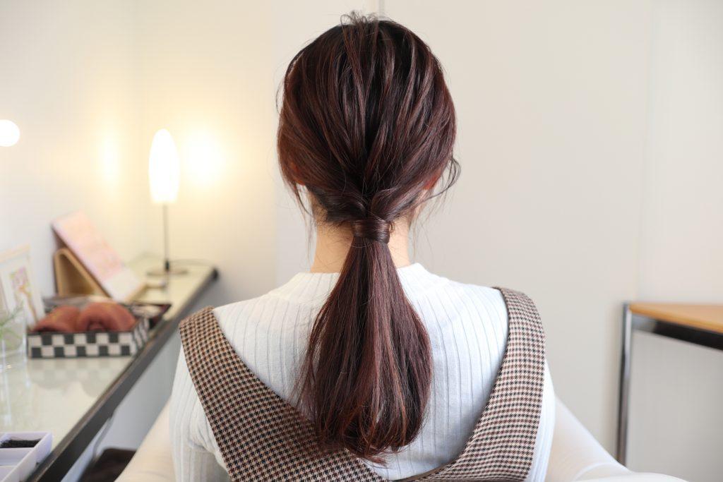 全体のバランスを見て毛束を少し引き出せば、簡単こなれポニーテールの完成です。
