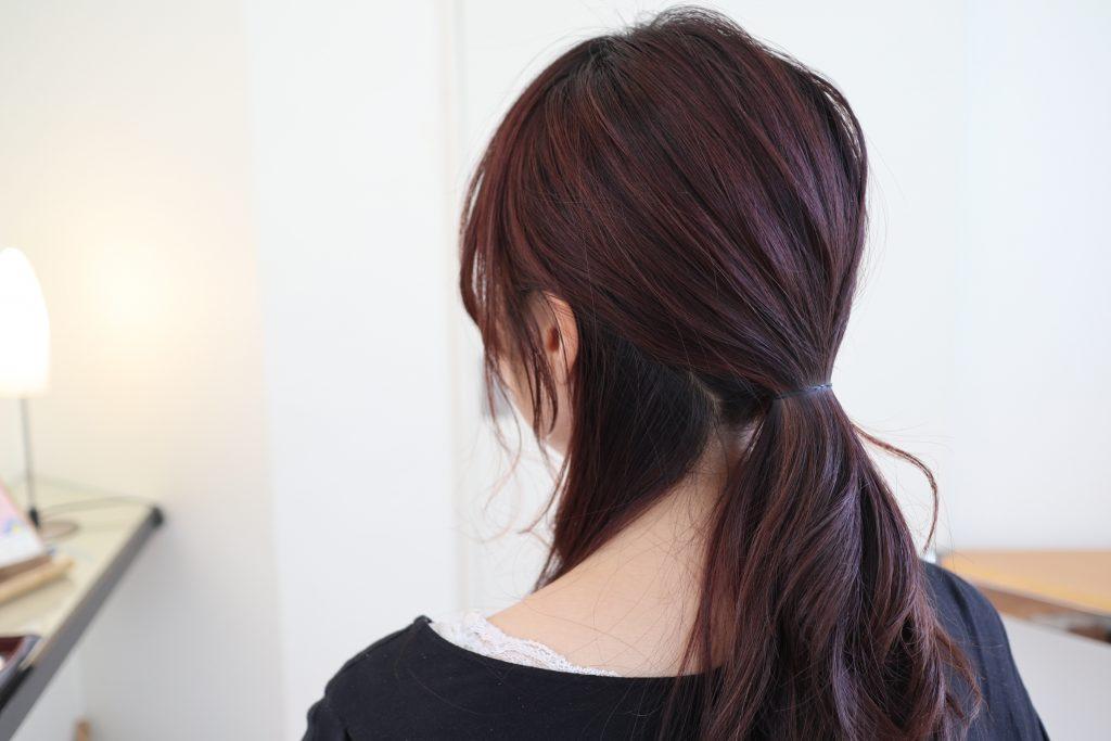 えり足部分の毛束を少し残して、髪を後ろでひとつに結びます。