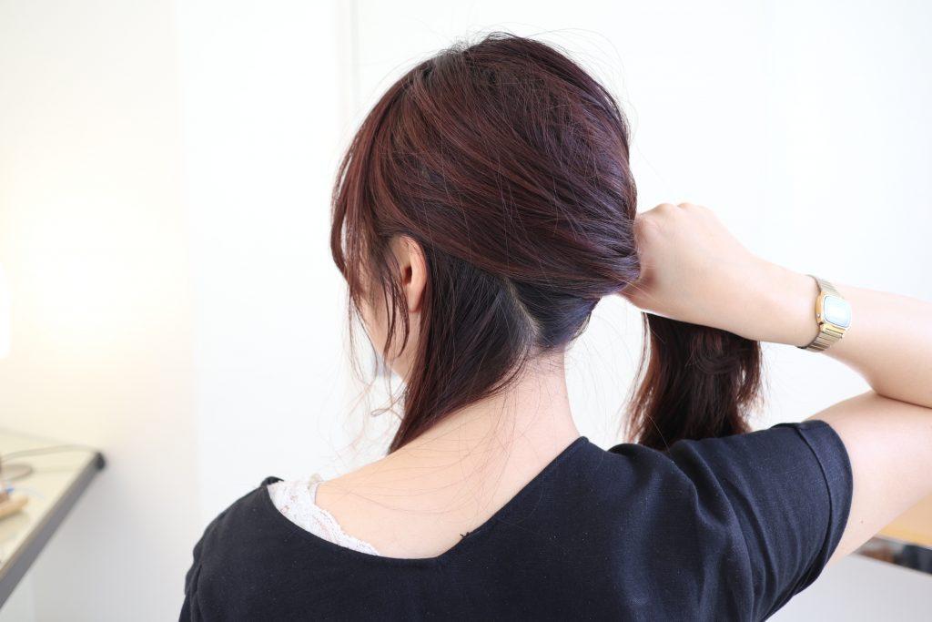 ゴム隠しに使うための、えり足部分の毛束を少し残して、髪を後ろでひとつに結びます。