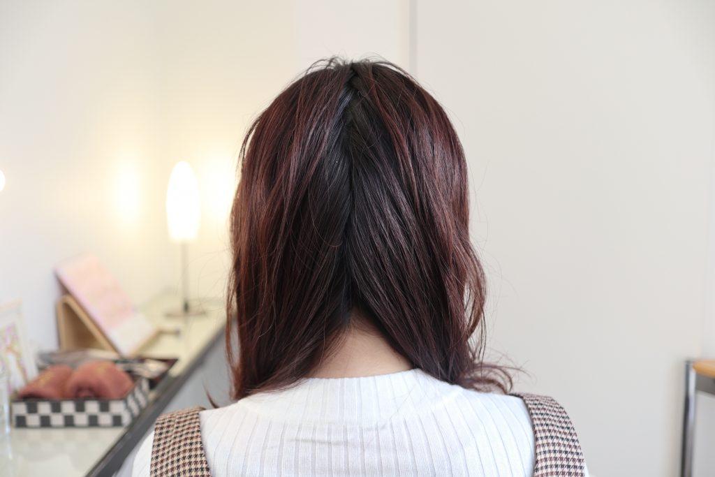 髪を縦に2つに分け、内側にくるくるとひねります。