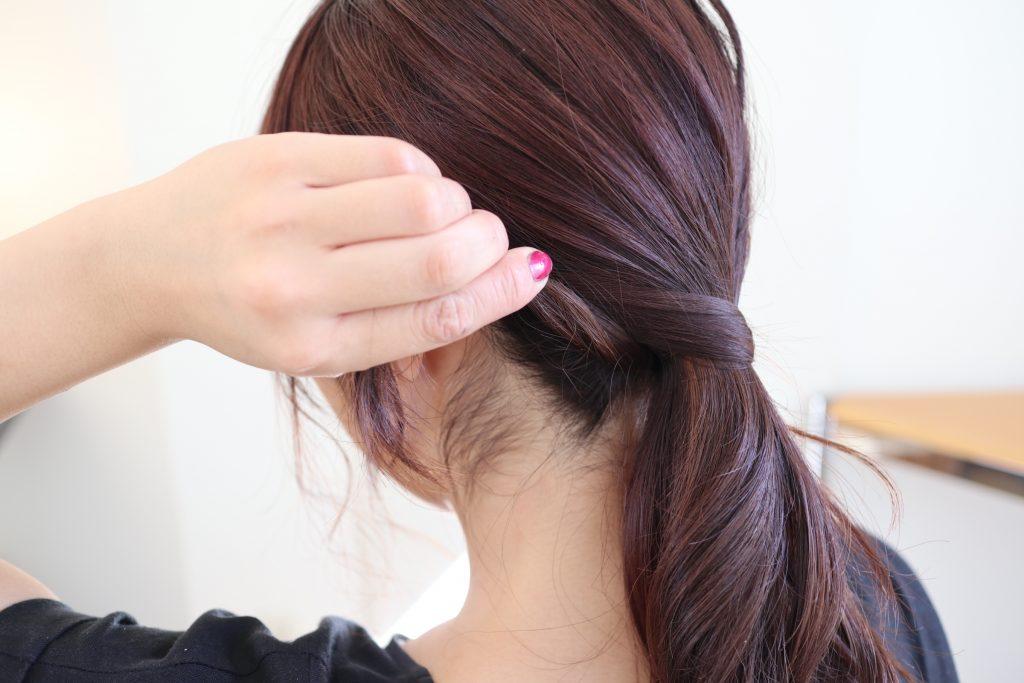 毛先を、毛束の生え際側にピンで留めます。